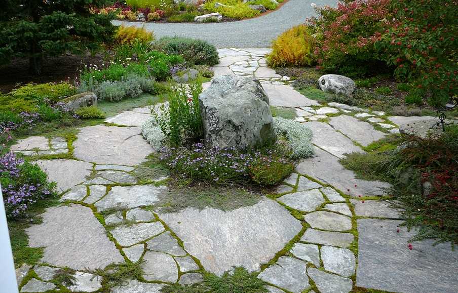 Colonial Classic Granite Random Flagstone Walkway